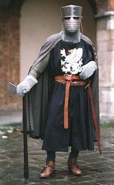Ritter in Rüstung, bestehend aus Kettenhemd samt Fäustlingen, Wappenrock und einer Form des Topfhelms