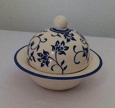 Linda mantegueira individual Pottery Painting, Ceramic Painting, Ceramic Vase, Ceramic Pottery, Cow Creamer, China Clay, China Painting, Teller, Serving Dishes