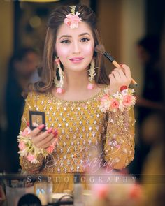 ✔ Hairstyles For Girls Videos Pakistani Pakistani Wedding Hairstyles, Mehndi Hairstyles, Bridal Hairstyle Indian Wedding, Pakistani Bridal Makeup, Bridal Mehndi Dresses, Bridal Dress Design, Pakistani Wedding Dresses, Bridal Outfits, Party Hairstyles