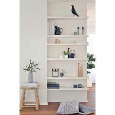 _quando a sexta-feira pede inspiração simples e elegante. sabe aquele desajeitado no meio da sala? que tal preencher com prateleiras para guardar a coleção favorita ou os seus livros... nós adoramos essa solução!  #inspiração #decor #design #minimalist