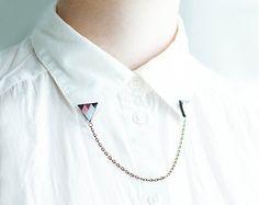 Dreieck-Kragen-Broschen mit einer Kette >>> Materialien: - fimo - glänzende Harz die eine 3D-Ansicht dem Bild - Bronze Kette - Broschen Pins verleiht >>>