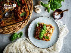 Punaisilla linsseillä ja sienillä lasagnesta tulee proteiinirikas, juusto ja creme fraiche tekevät siitä ihanan kermaisan. #lasagne Zucchini, Sour Cream, Tacos, Mexican, Ethnic Recipes, Food, Lasagna, Essen, Meals