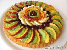 Non è una crostata, anche se può sembrare, è una vera e propria torta morbida decorata però come una crostata! Non avevo mai provato questa ... Tart Recipes, Sweet Recipes, Cooking Recipes, Veggie Platters, Torte Cake, Fruit Dishes, Fruit Tart, Homemade Cakes, Food Design