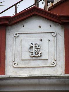 Cacería Tipográfica N° 74: Monograma LC en la esquina de la calle Santa Catalina con Melgar.