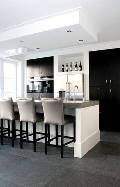 Kitchen Dinning, Dining Decor, Living Room Kitchen, Kitchen Decor, Black Kitchens, Home Kitchens, Best Kitchen Designs, Kitchen Styling, Beautiful Kitchens