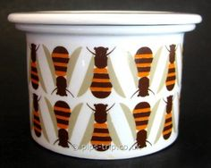 Vintage Arabia (Finland) Small 'Bee' Honey Pot by Raija Uosikkinen. I want to make a stamp of this for all my pots! Vintage Tins, Vintage Ceramic, Retro Vintage, Hives And Honey, Honey Bees, Small Bees, Mid-century Modern, Bee Design, Save The Bees