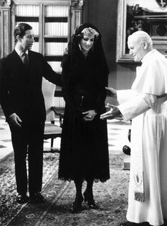 Holy visit: Pope John Paul II meets Prince Charles and Princess Diana in the Vatican, 29 April 1985 Princess Diana Death, Royal Princess, Prince And Princess, Princess Of Wales, Lady Diana Spencer, Prince Charles, Charles And Diana, Prince Philip, Princesa Diana