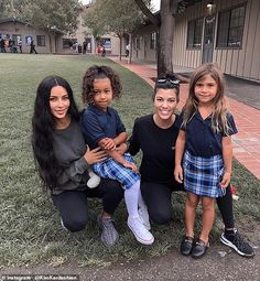 Yesterday, Kim Kardashian and Kourtney Kardashian took their daughters, North West, and Penelope Disick back to school and shared a cute pho. Kourtney Kardashian, Estilo Kardashian, Kim And Kourtney, Kardashian Style, Kardashian Jenner, Robert Kardashian, Kris Jenner, Trajes Kylie Jenner, Jenner Kids