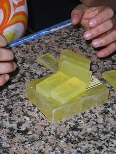 Fórmula para hacer jabón de glicerina más duro Diy Savon, Homemade Bar, Halloween Games For Kids, Soap Making Supplies, Kombucha, Glycerin Soap, Soap Recipes, Beauty Recipe, Home Made Soap