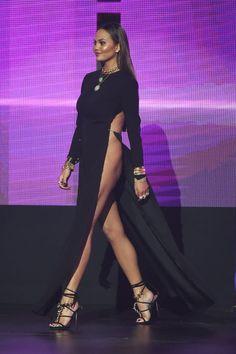 Christine Teigen en robe de soirée noire sexy avec fente haute
