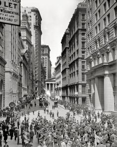 "Lower Manhattan, NYC, circa ""Broad Street and curb market, New York. Old Pictures, Old Photos, Rare Photos, Vintage Photographs, Vintage Photos, Vintage Stuff, Andy Warhol, Shorpy Historical Photos, Historical Pictures"