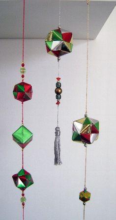 Diversos acessórios para decoração em origami (dobradura de papel) em cores e formatos variados. Podem ser feitos como pendente ou de mesa. Fazemos móbiles, acessórios para árvore de natal e muitos outros!