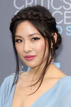 Constance Wu nailed the Grecian goddess look with her braid crowd, glossy pink lip color, and long, fluttery lashes. Asian Makeup Prom, Korean Makeup, Korean Skincare, Blond, Asian Makeup Tutorials, Wedding Hairstyles, Cool Hairstyles, Constance Wu, Red Carpet Hair