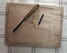 La técnica del Tallado en madera.  Hoy hemos querido compartir contigo un excelente tutorial de este arte ancestral.  Seguro que todos los aficionados a la madera, al bricolaje y a las manualidades disfrutaremos  leyéndolo y poniéndolo en práctica.  http://bricoblog.eu/la-tecnica-del-tallado-en-madera  Incluimos manual descargable.  #artesania #tallado #madera