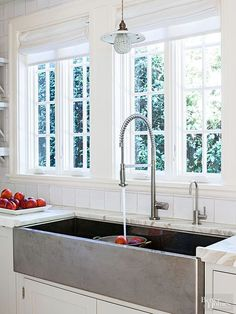 When it comes to sink trends, the emphasis is on function. Generous, high-performance models with a single bowl contain splashes while simultaneously accommodating large pots and pans or other items that require handwashing./