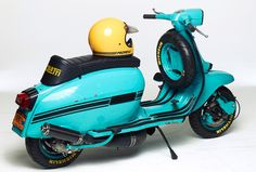 Lambretta with Ancillotti seat and Bell Moto 3 helmet. Vespa Motor Scooters, Lambretta Scooter, Bell Moto 3, Retro Scooter, Vintage Helmet, Moto Guzzi, Cool Bicycles, Cool Cars, Classic Cars