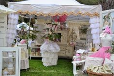 Mammabellarte: THE VINTAGE MARKETPLACE AT THE OAKS - MAMMABELLARTE pink and white, booth inspiration