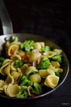 Conchiglie z brokułami, pancettą i peperoncino
