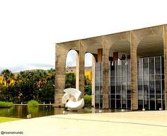 Espelho de água do Palácio do Itamaraty com a escultura O Meteoro, de Bruno Giorgi, que representa os laços diplomáticos entre os continente...