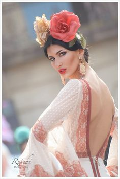 Flowers and flamenco Spanish Dress, Spanish Dancer, Spanish Woman, Spanish Style, Spanish Gypsy, Spanish Heritage, Spanish Fashion, Inspiration Artistique, Flamenco Dancers