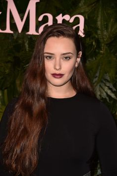 Katherine Langford Long Wavy Cut - Katherine Langford styled her long tresses with just a hint of wave for the Max Mara WIF Face of the Future event. Messy Hairstyles, Pretty Hairstyles, Cl Instagram, Becky Albertalli, Hollywood Actress Photos, Most Beautiful Faces, Celebrity Beauty, Dark Beauty, Dark Hair