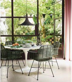 Kuipstoel rotan - olijf groen  - HK Living   Deze prachtige rotan eetkamerstoel is een echte sfeermaker. De stoel is verkrijgbaar in verschillende kleuren en heeft een erg sterke metalen frame. Om het frame is rotan heen gevlochten, wat de stoel een designvol geheel geeft.