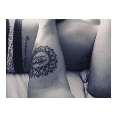 Sublime melodia .... #beautiful #skins #tattoos #mandala #energy #contact #petting