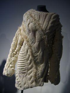 Topshop Autumn 2010 Trends: Heavy Knitwear This jumper looks soooo cozy and… Freeform Crochet, Irish Crochet, Knit Crochet, Uni Fashion, Custom Made Curtains, Scarf Dress, Thick Sweaters, Knitwear Fashion, Textiles