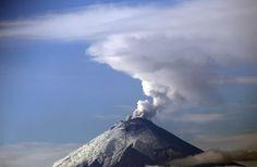 O #vulcão Cotopaxi, visto da cidade de Quito, expele cinzas. Foto: Dolores Ochoa/Associated Press.