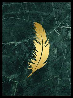 Snygg poster med en fjäder i guld på grön marmor, tryckt med guldfoliering av hög kvalitet som glimmar riktigt fint. Denna affisch är snygg att matcha med våra andra prints i guld eller grön marmor.