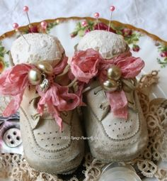 Little Vintage Baby Shoes Pincushions cute shabby chic idea Shoe Crafts, Sewing Crafts, Sewing Projects, Diy Crafts, Vintage Crafts, Vintage Sewing, Shabby Chic, Deco Retro, Needle Book