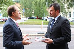 U.S. Ambassador Mark Brzezinski and Oliver Dogo, business strategist Business Agency in Sundsvall having a great chat and a book about American entrepreneurers as a gift is handed to Oliver for the work with the US SAGA trainee program arrivals to Sundsvall.