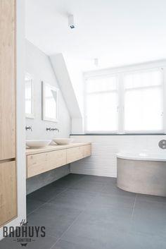 Badkamer met rond bad en muren in de Beton Cire | Het Badhuys Breda