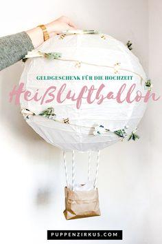 Geschenkidee für die Hochzeit: ein Geldgeschenk getarnt als süßer Heißluftballon lässt das Brautpaar garantiert auf Wolke 7 schweben. Ich verrate euch, wie ihr den Ballon ganz einfach selbst baut und dafür auch einige Dekomaterialien von Zuhause verwenden könnt. Über so ein kreatives Geschenk freut sich jede Braut und jeder Bräutigam als Hochzeitsgeschenk.