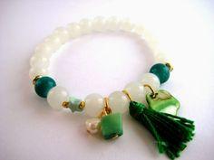 Pulsera con cuentas de cristal blanco y detalles como estrellas, piedras, borlas o perlas contrastando en color  verde //Bracelet with white crystal and details like stars, stones ,  green beads: