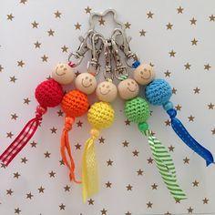 Handmade by E★: Somewhere over the rainbow. Handmade by E★: Somewhere over the rainbow. Crochet Gifts, Diy Crochet, Crochet Dolls, Crochet Baby, Kawaii Crochet, Crochet Keychain, Button Crafts, Fabric Jewelry, Stitch Markers