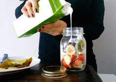 ♥ Breakfast in a jar.  Wat heb je nodig?  Magere, halfvolle of volle yoghurt, halve appel, halve banaan, kiwi, kaneel, rozijnen. Je kunt hem vullen met verschillende ingrediënten, van havermout tot yoghurt. Je kunt het zo gezond niet bedenken. Ga bijvoorbeeld voor deze Weckpot met een fruity twist!