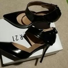 *SOLD*🎉Host Pick🎉 Black pumps 2 1/2 heel💕💕💕💕 Black sexy pumps with snap closure on the side gently worn once and zip up the back😍 Forever 21 Shoes Heels