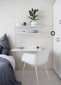 A parete una composizione String con la particolare mensola scrittoio che si abbina perfettamente alla sedia di Muuto