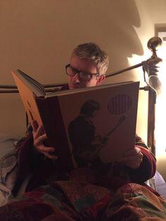 Martin Freeman reads in bed. Sherlock Bbc, Sherlock Fandom, Martin Freeman, Amanda Abbington, Johnlock, Benedict Cumberbatch, Like A Sir, Benedict And Martin, Paul Weller