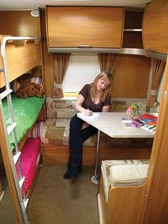 It's not always easy for families to find extra sleeping space in a tiny house. That's why I've put together a list of bunk bed ideas for tiny houses. Camper Bunk Beds, Kids Bunk Beds, Caravan Bunks, Kombi Trailer, Camper Trailers, Tiny House Family, Tiny House Living, Moto Home, Triple Bunk Beds