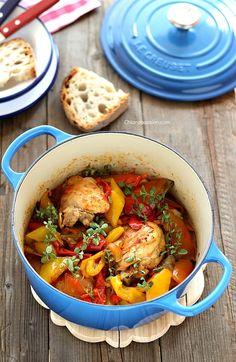 Il pollo con i peperoni è un piatto tipico della cucina tradizionale romana, una ricetta regionale legata alla cucina antica della zona dei Castelli, dove era consuetudine servirlo a Ferragosto. E' un secondo piatto semplicissimo e godurioso dove il risultato finale è garantito dalla qualità e dall