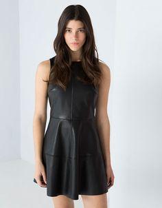 Vestido couro sintético Bershka sem mangas. Descubra esta e muitas outras peças de vestuário na Bershka, com novos produtos cada semana