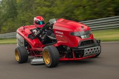 The Honda Mean Mower the fastest lawnmover in the world with an acceleration of kmph) in seconds. Guy Martin, Honda Grom, Honda S, Guinness, Audi Rs4, Muscle Cars, Diesel, 3 Bmw, Prestige Car