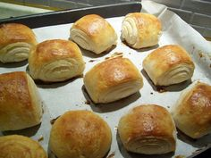 Appena Sornati E rieccoci qui con una nuova ricetta di pane e lievitati: i panini al latte senza glutine. Si avete capito bene proprio loro, quei famosi panini che si trovano sempre ai buffet, fariciti sia in modo salato che dolce. Questi panini al latte senza glutine sono buonissimi, morbidi, e velocissimi, ideali
