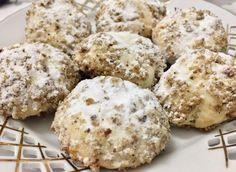 Aricei cu nuca sau altfel spun fursecuri fragede de se topesc in gura. Pentru toti cei carora le plac fursecurile sau biscutii aceasta reteta este ideala. Aricei sunt imbracati intr-un strat dulce- crocant de nuca ceea ce ii face cu adevarat speciali. Romanian Food, Food Cakes, Diy Food, Biscotti, Cake Recipes, Deserts, Muffin, Macarons, Food And Drink