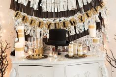 Party Decoration Ideas For New Year 2015 For Home With Some Pretty ... New Years Eve Decorations, Diy Party Decorations, Home Decoration, Décoration Table Nouvel An, Deco Nouvel An, Nye Party, Gold Party, Party Fun, Party Time