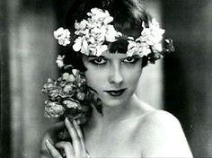 Ich beginne mit einer Lady namens Louise Brooks über die ich sogar schon mal eine ganze Hausarbeit verfasst habe. Louise Brooks wurde 1906 geboren und war eine US-amerikanische Schauspielerin.