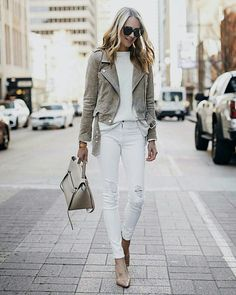 Pumps satchel bag minimal style street style fall outerwear white jeans out Jeans Skinny Branco, White Skinny Jeans, White Denim, White Jeans Winter, White Skinnies, White Pants, Business Casual Attire, Business Outfit, Professional Attire