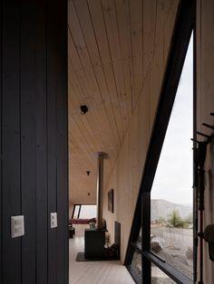 Small Mountain Cabin in San Esteban, Chile / Gonzalo Iturriaga Arquitectos Tiny House Appliances, Chili, Architecture Résidentielle, Cabin Fireplace, Journal Du Design, Refuge, Cabin Design, Interior Exterior, My House